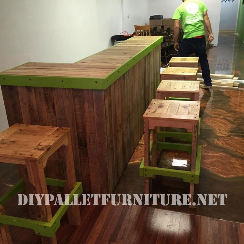 Stools and bar with palletsdiy pallet furniture diy for Pallet furniture bar