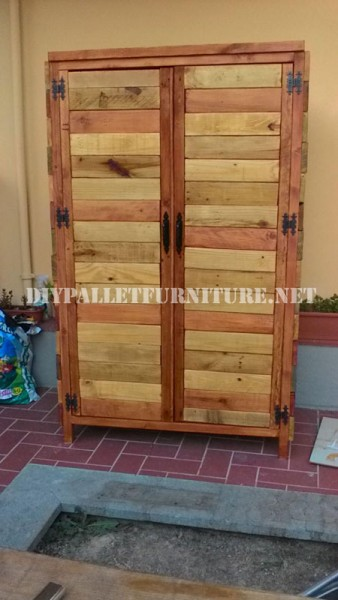 Wardrobe made with pallet planks 2