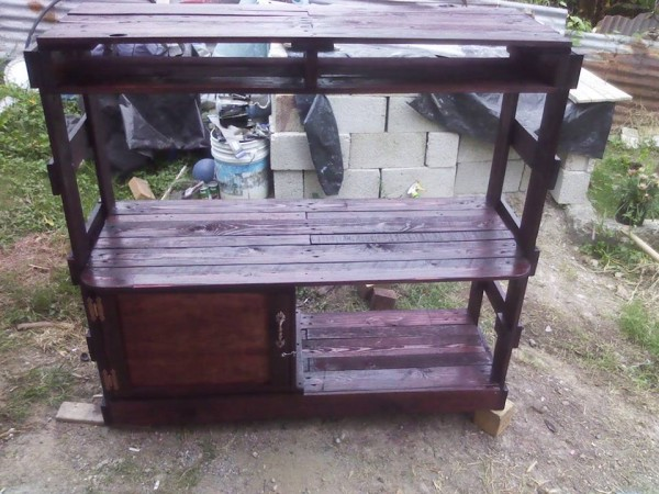 Writing desk designed with pallets 2