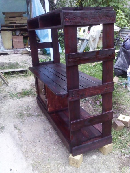 Writing desk designed with pallets 3