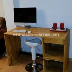 Classic and simple desktop table with pallets
