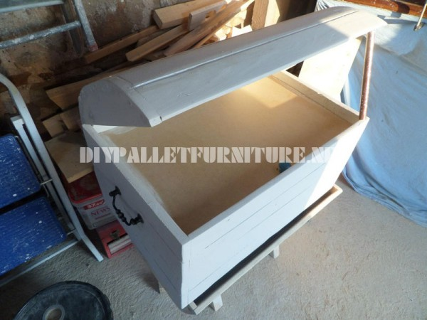 Decorative chest with pallets 2