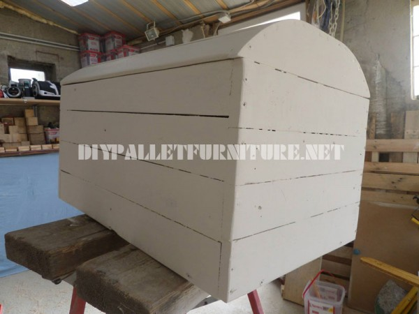 Decorative chest with pallets 3