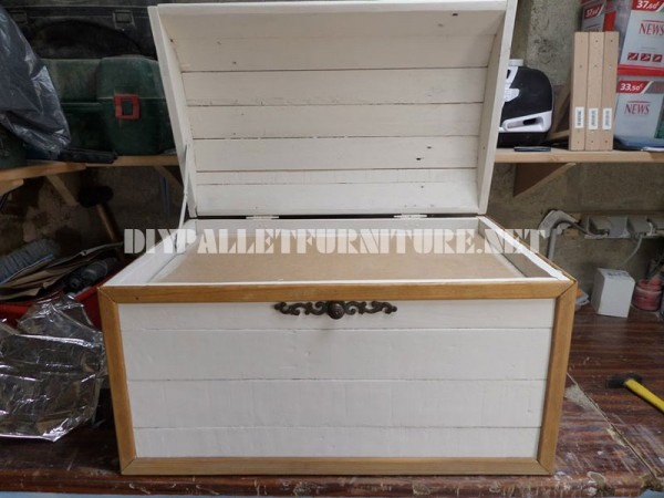 Decorative chest with pallets 4
