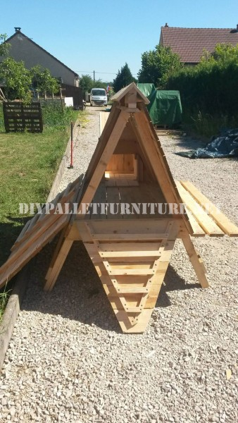 Henhouse built with pallets 6