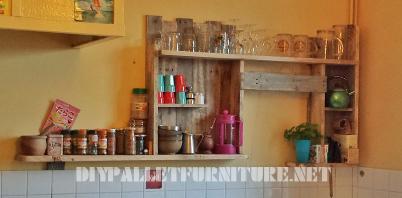 Kitchen shelf with palletsdiy pallet furniture diy for Muebles de jardin con tarimas