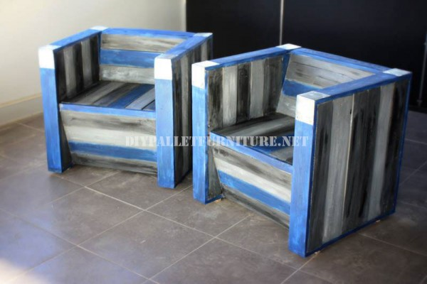 Armchairs and bar with recycled pallets 4