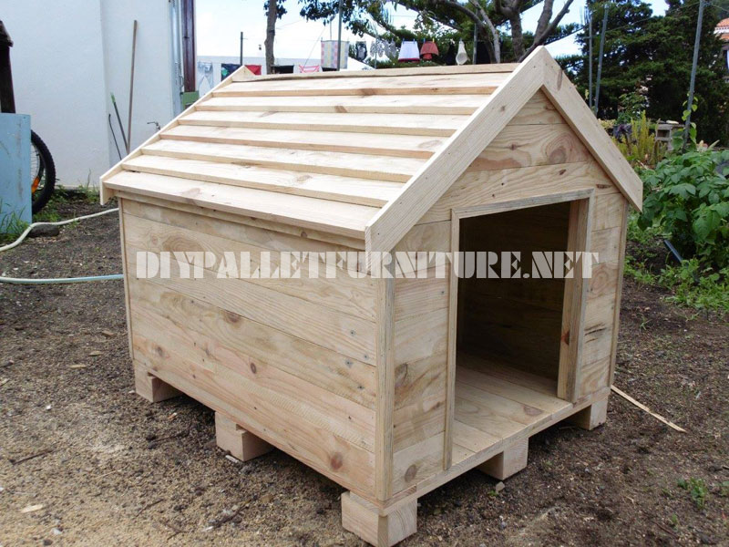 Dog house built with palletsdiy pallet furniture diy - Niche pour chien en palette ...