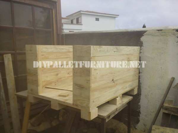 Dog house built with pallets 2