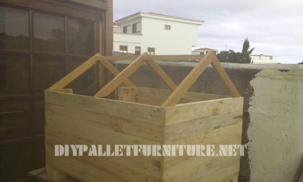 Dog house built with pallets 3
