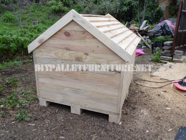 Dog house built with pallets 5