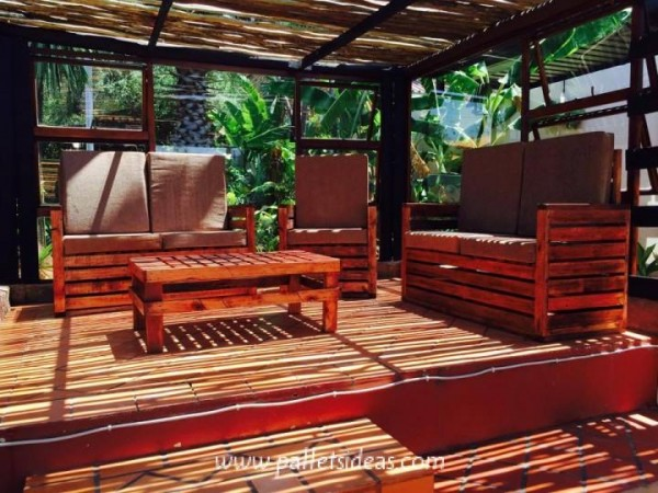 Incredible porch furnished with pallets 1