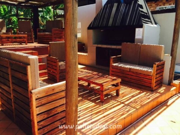 Incredible porch furnished with pallets 2