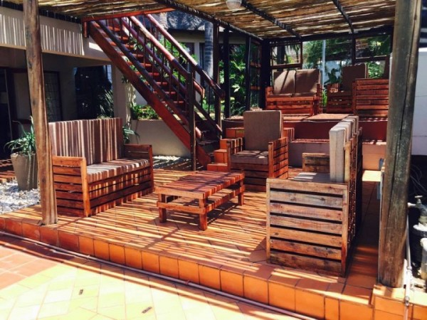 Incredible porch furnished with pallets 3