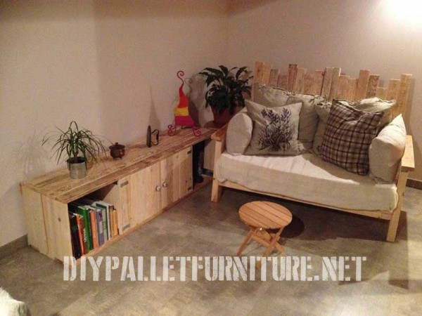 Living room furnished with pallet furniture 1