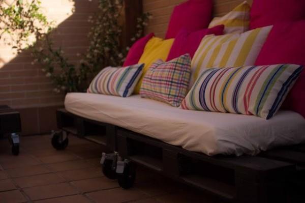 Pequeña terraza amueblada únicamente con palets 3