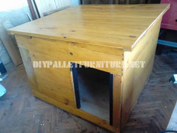 Several dog houses made of pallet boards 2
