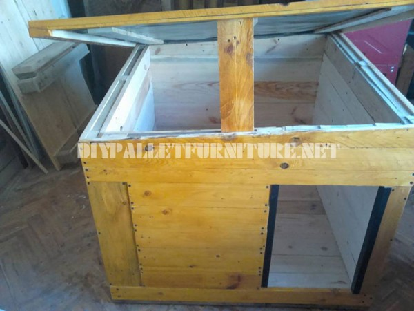 Several dog houses made of pallet boards 3