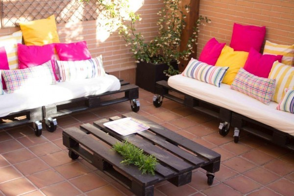 Small terrace furnished only with pallets 1