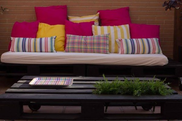Small terrace furnished only with pallets 3