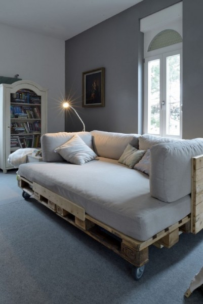Sofa chaise-longue with pallets 1
