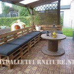 Terrace furnished with pallets and a wooden coil