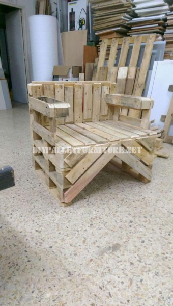 Chair built with pallets 1