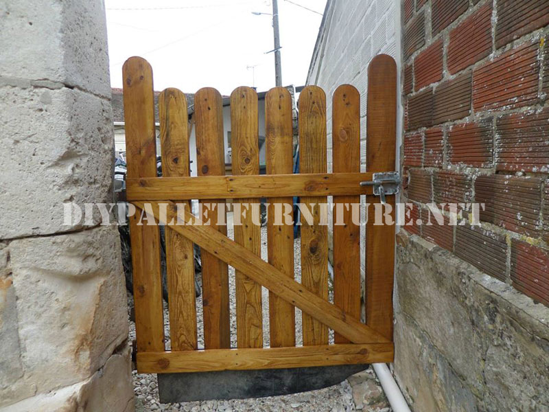 Garden gates with palletsdiy pallet furniture diy pallet for Amaru en la puerta de un jardin