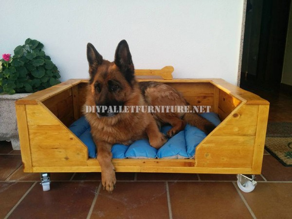 Large dog bed with pallets 1