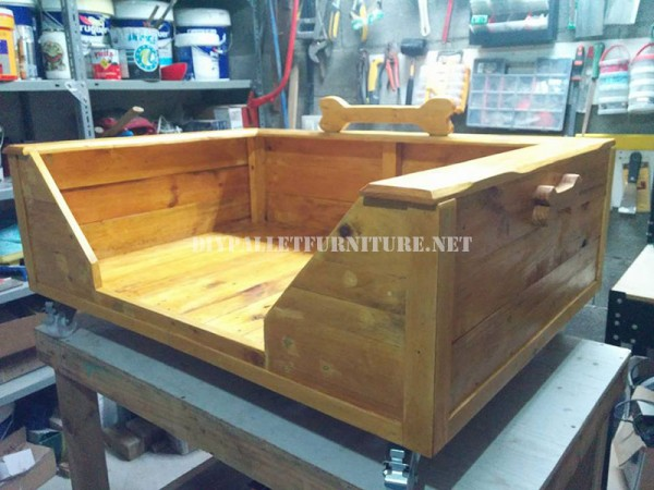 Large dog bed with pallets 2