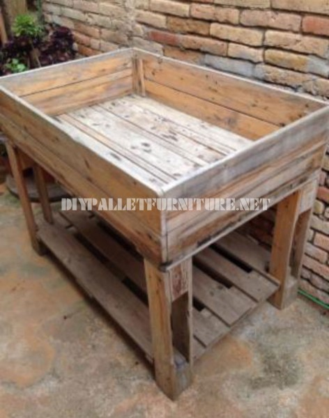 Cultivating table with pallets 1
