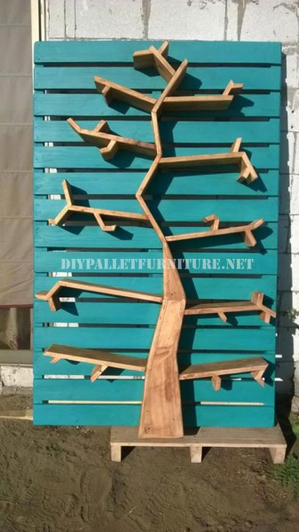 Shelves with the shape of a tree made of pallets