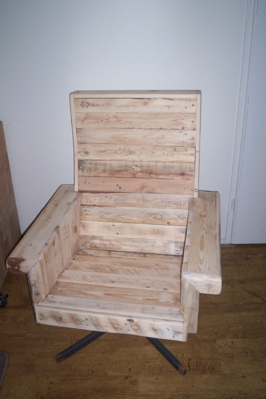 Solid armchair with pallets 1