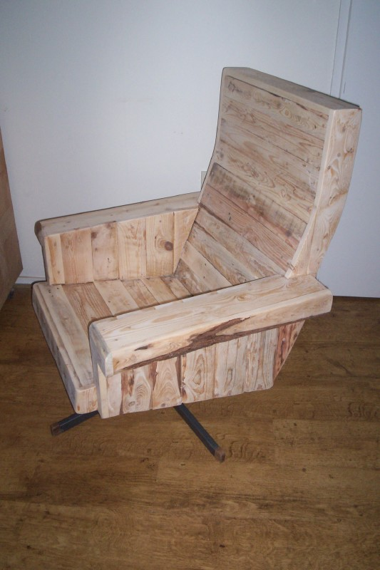 Solid armchair with pallets 2