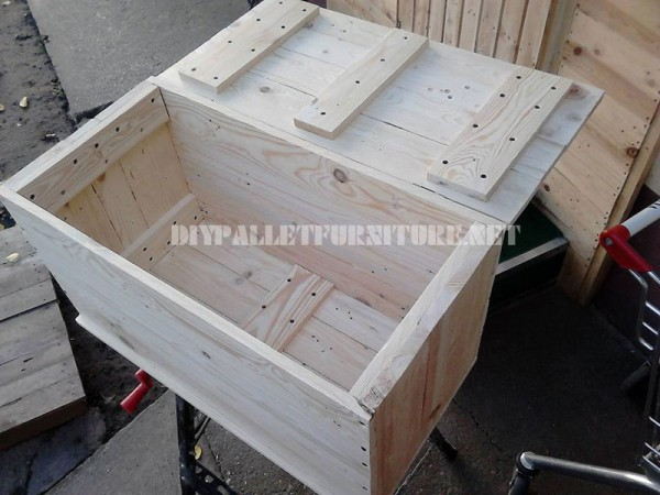 Trunk and seat made with pallet planks 2