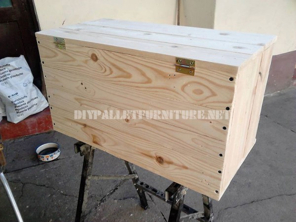 Trunk and seat made with pallet planks 3