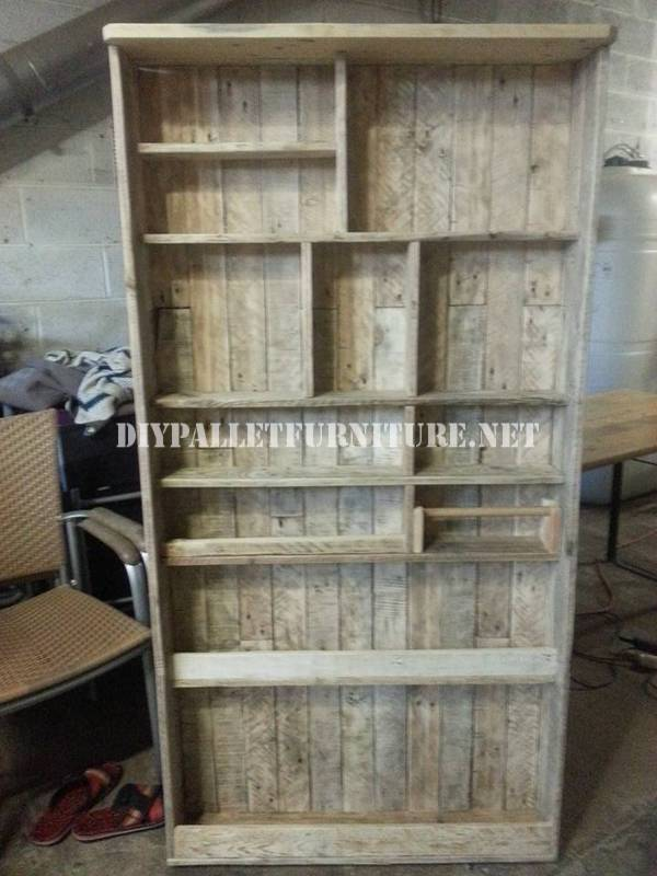 Bookcase made with pallet planks 1