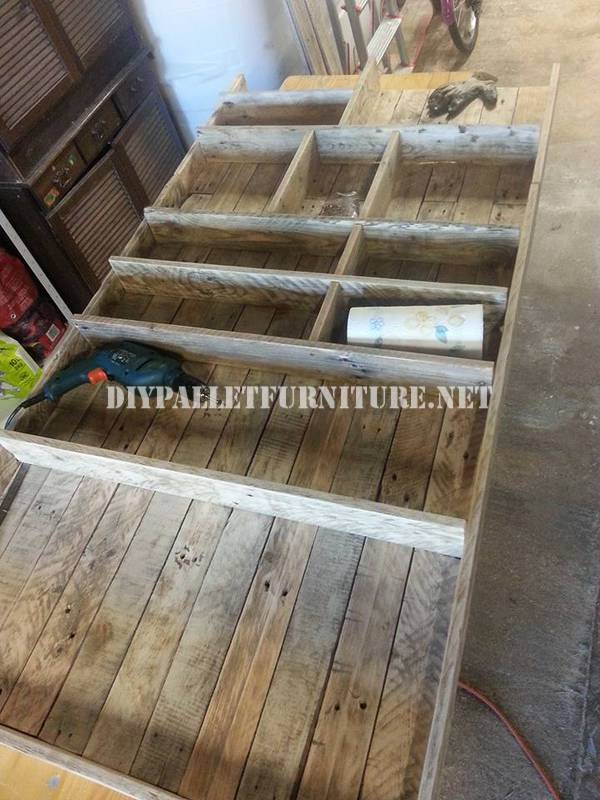 Bookcase made with pallet planks 4