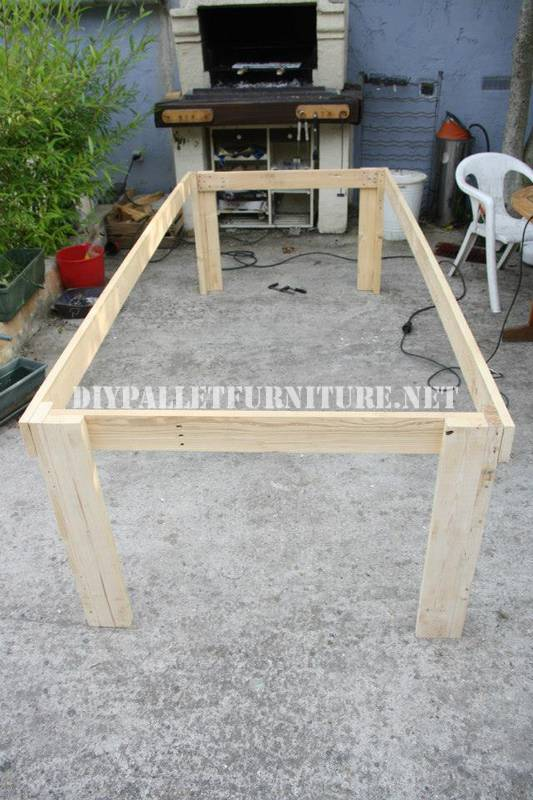 Bucket-table with pallets 2