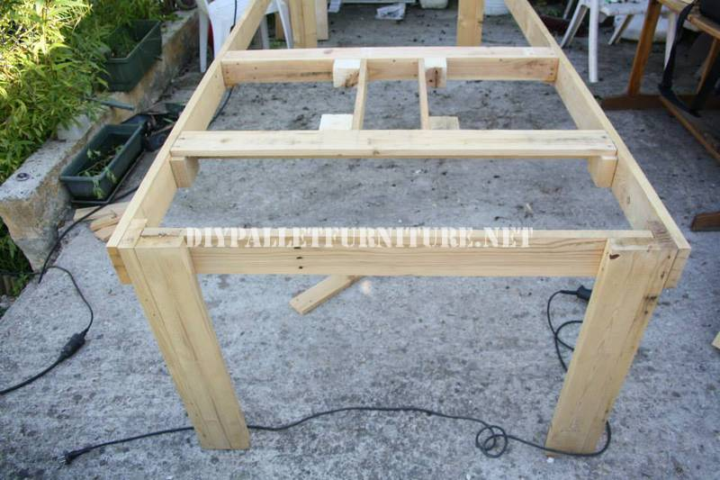 Bucket-table with pallets 3
