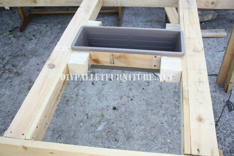 Bucket-table with pallets 4