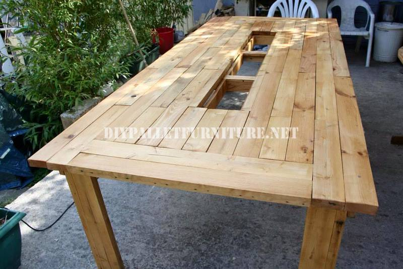 Bucket-table with pallets 7