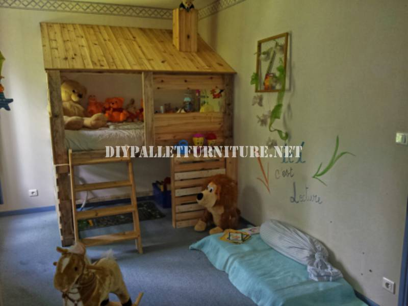 Hut built with pallets for a child's bedroom 1