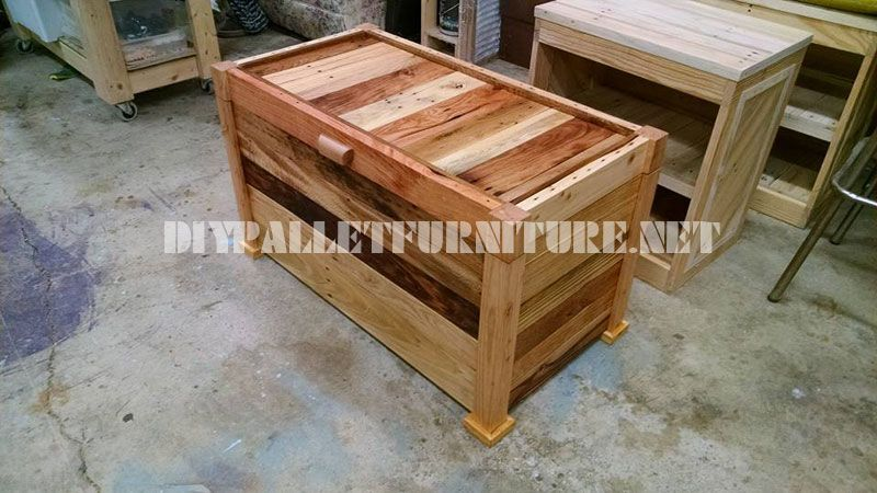 Trunk and bench built with pallet planks 1