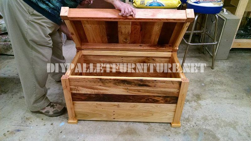 Trunk and bench built with pallet planks 2