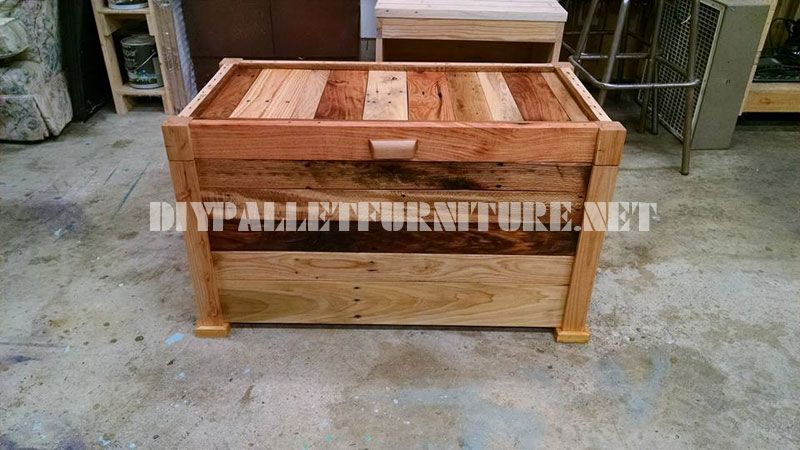 Trunk and bench built with pallet planks 3