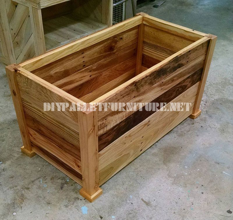 Trunk and bench built with pallet planks 4