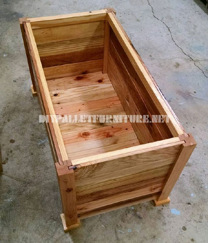 Trunk and bench built with pallet planks 5