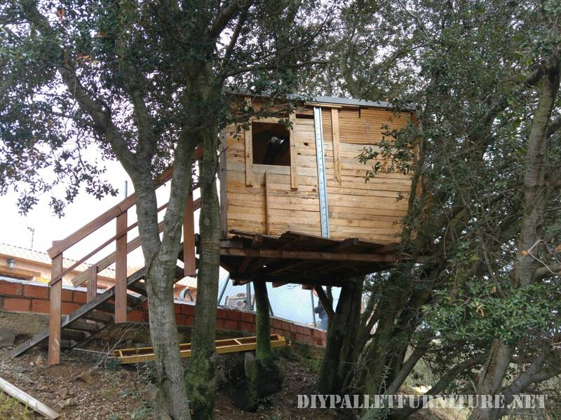 A treehouse with pallets 1