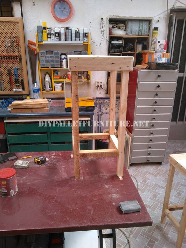 Bar stools and table built with pallets 3